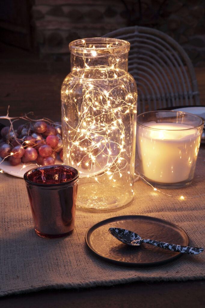 guirlande dans une cabane de Noël en bois