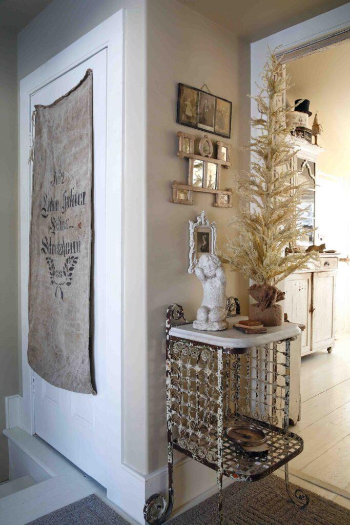 maison de Noël - maison de Noël Hallway with christmas tree