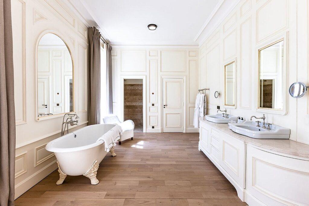 Salle de bain au décor ancien et moderne