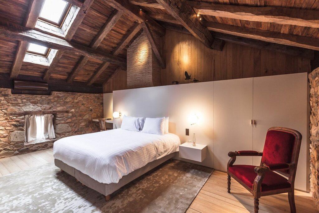 chambre au décor ancien et moderne