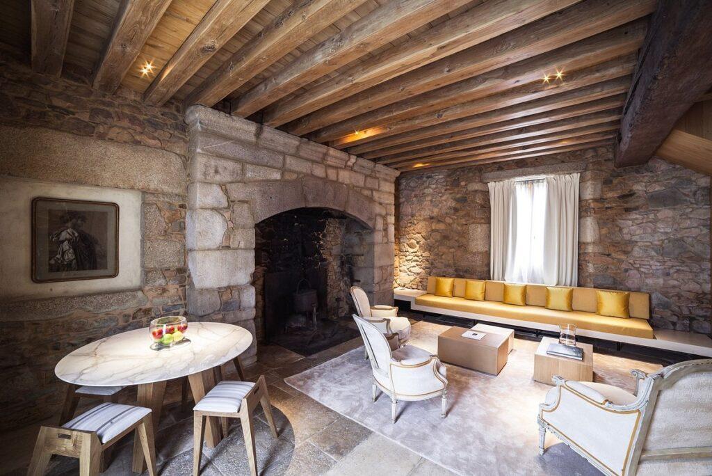 salon au décor ancien et moderne