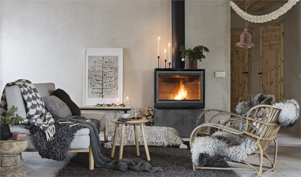 poêle à bois noir chauffant une maison de campagne