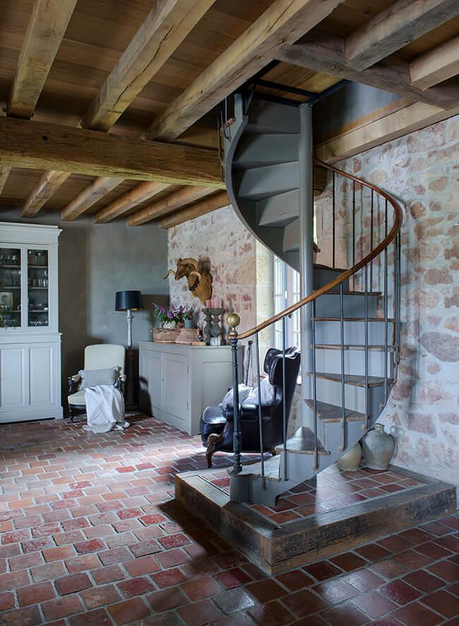 escalier rustique dans une ancienne ferme rénovée