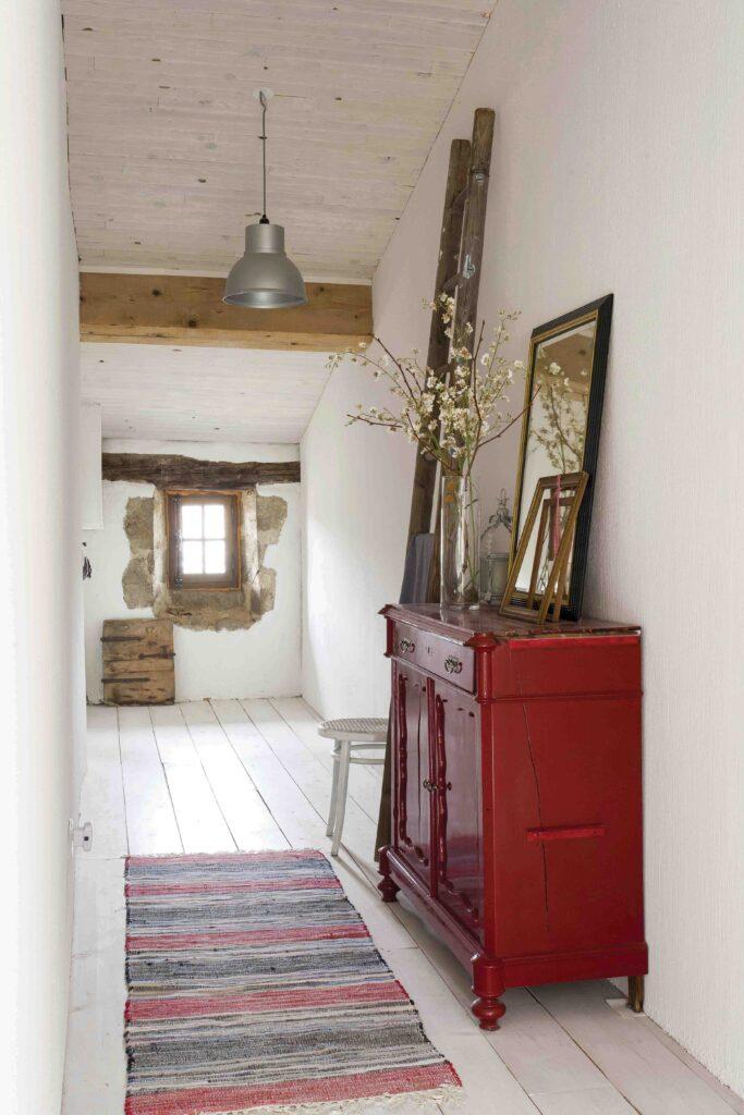 couleur maison rustique et meuble rouge