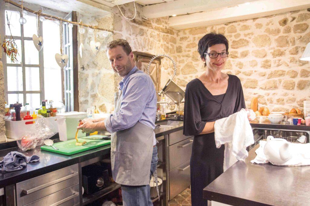 La cuisine équipé dernier cri reste chaleureuse avec ses murs de pierre et son plafond en bois. Henk et Helen y préparent des mets savoureux qui donnent envie de revenir.